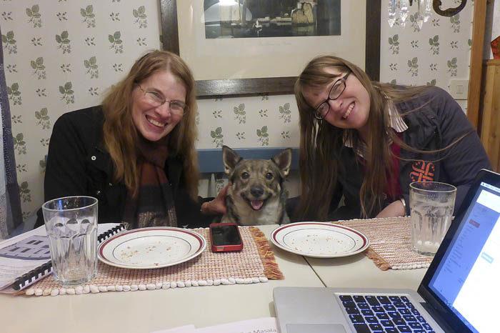 Redan vid kvällsmaten demonstrerade jag att jag visst får plats i soffan emellan Eloise och Astrid. Så kan de mata mig båda två samtidigt.