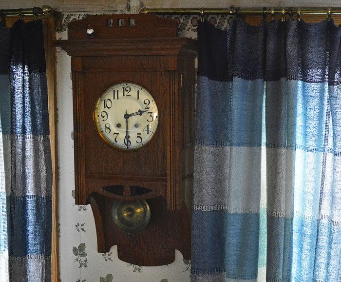 Klockan i matrummet visar ganska precis halv tre. I morgon vid exakt samma tid visar inte klockan samma tid. Så kan det vara ibland. Kom bara ihåg att det gäller att flytta klockan åt absolut rätt håll i natt. Man får nämligen inte bestämma själv hur klockan ska flyttas, eller snurras som fackmännen säger.