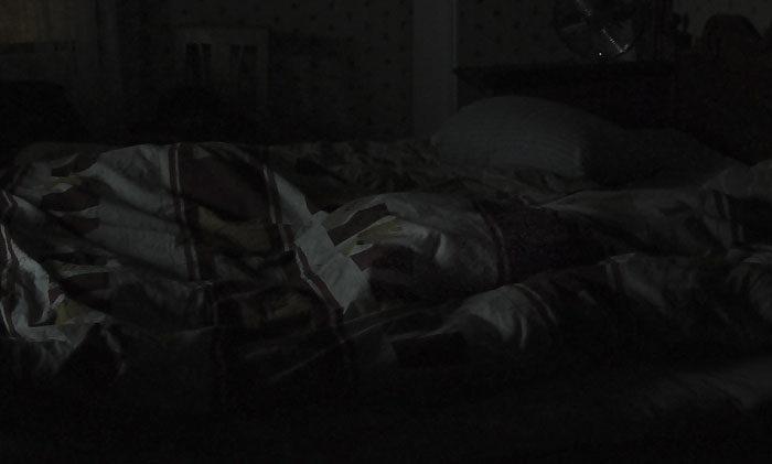 Morgon i sovrummet. Jag tycker inte det är tillräckligt mörkt, så jag ligger kvar under täcket. Du kan själv gissa var jag ligger.