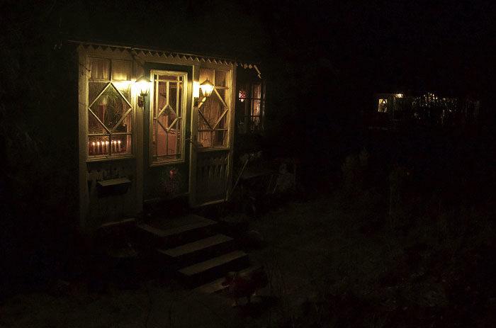 När vi kom hem från stan hade det blivit alldeles mörkt. Då är det fint att ha adventspyntat huset. Morbror och moster har adventspyntat sitt hus (till höger) mer än vi. Det får de gärna göra.
