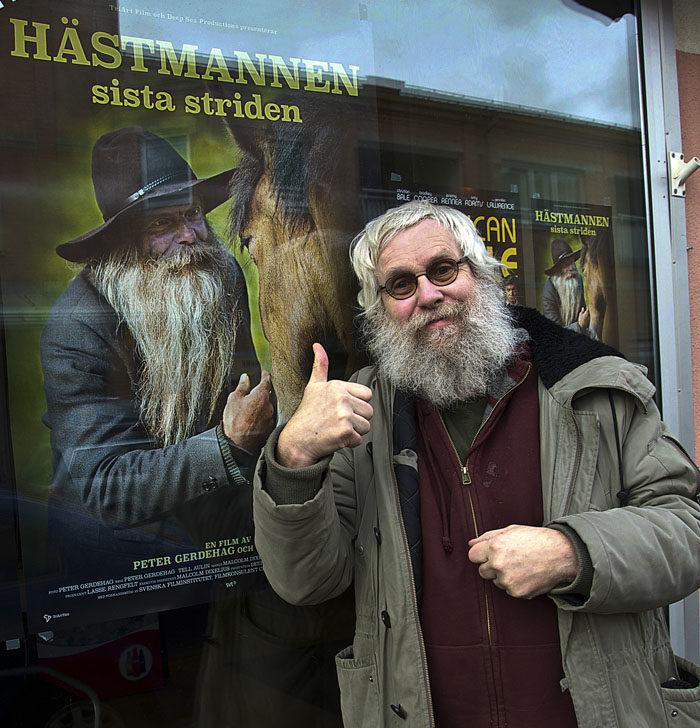 En filmstjärna och en vanlig man. Skulle du vilja påstå att modeikonerna Hästmannen Stig-Anders Svensson och lufsen Min husse skulle kunna vara några positiva förebilder för den uppväxande generationen gossebarn? Inte. Det är tur att det finns sådana män som USA:s blivande president Donald Trump och moderaten Demon Haffo att se upp till för dagens unga män.