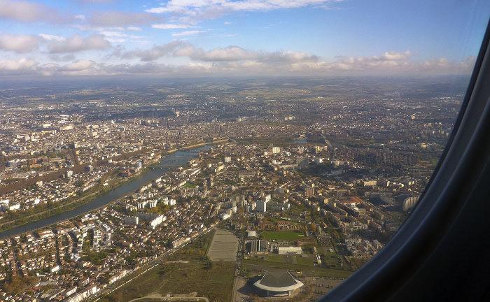 Vad var det jag sade. Flygplanet flög lågt och sakta. Inte konstigt att de blev sena då. Det är Toulouse du ser. Den staden är känd för att jag, Vaira, har trampat runt på stadens gator.