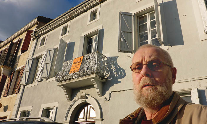 Min husse framför presidentpalatset i Aurignac, som han kanske tänker köpa. Aurignac är en stor, stor stad. Där bor det över 1000 personer.