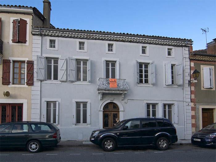 Där, på balkongen, skulle jag kunna stå och visa upp mig för folket i Aurignac. Tänk vad det skulle bli stolta och glada, om det flyttade en västgötaspets som är president till just deras stad. Avignon kan slänga sig i väggen.