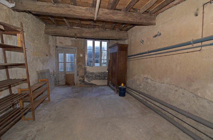 Vardagsrummet är det som behöver fixas till mest. Hantverkarna, som har sett det mesta i ruinväg, tyckte inte att det skulle vara några problem alls. Vi får väl se, men jag vill ha en skön tv-soffa.