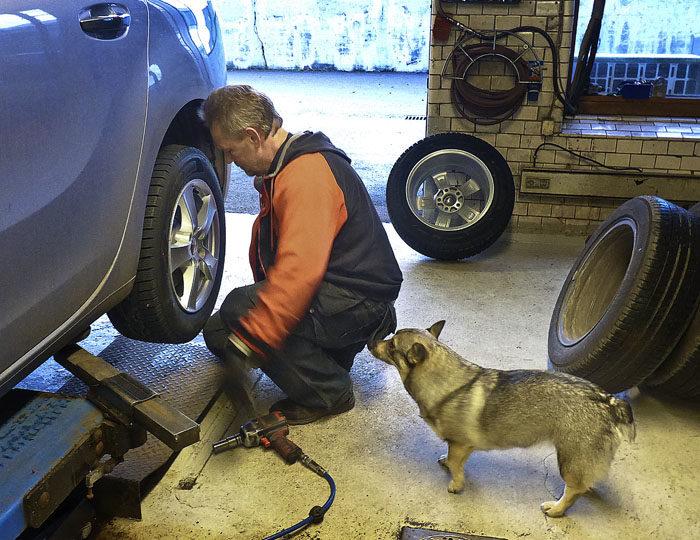 Tack vare tips från mig, så lyckades han med att byta ut sommarhjulen mot vinterhjul, så kallade juldäck.
