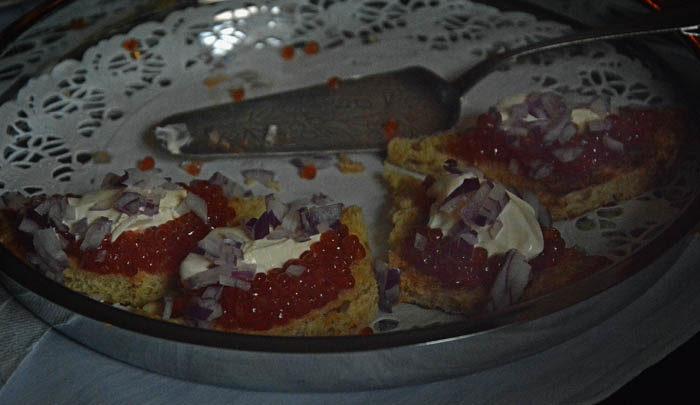 Felräknad rysk kaviar ser ut så här. Alla skulle få två bitar var. Vi var fem stycken. Janina hade fått 2x5 till åtta stycken rysk kaviar. Det var stackars Vaira (=jag) som blev utan. Men jag fick en skinkbit. Den var god.