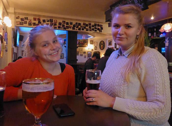 Husse var på Imogens pub Wilde Rose igår. Det är en pub där jag tidigare har gjort stor lycka. Min husse träffade Annija, som jag också minsann har träffat. Hon kan uttala mitt namn rätt, alldenstund hon är från Lettland, liksom min namne och presidentkollega Vaira Freiberga. Hoppas äppeljuicen de har i glasen var god.
