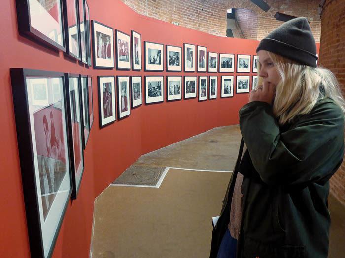 Min Agnes ser lite efterstänksam ut, när hon beundrar en bild på Fotografiska Museet i Toulouse. Jag har inte varit där inne, men min husse och jag brukade gå förbi där under våra morgonpromenader. Museet ligger i ett gammalt vattentorn. Nu vet du det.