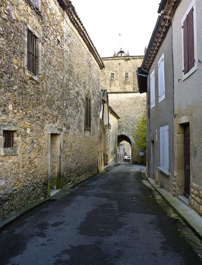 Som du ser, så är husen gamla i Aurignac. Inte alls så fina och nya som i Tranås. Här har vi sett till att riva alla gamla fula hus.