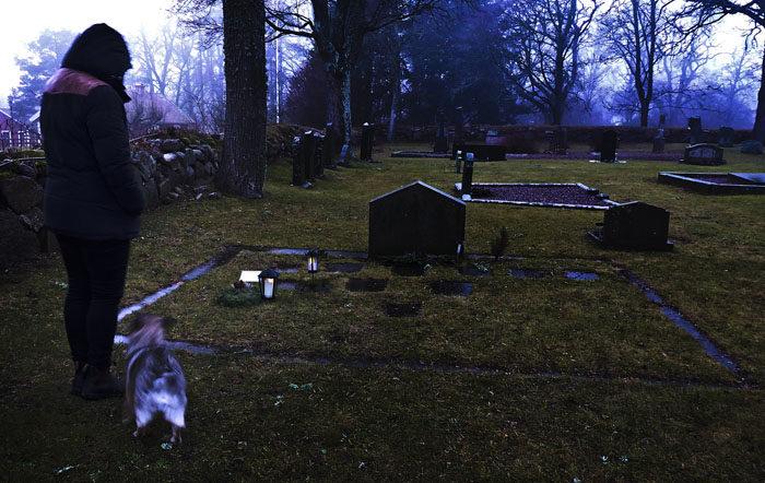 Min Agnes och jag står vid familjegraven, där min Per ligger. Vi lyckades tända ljuset, trots att det regnade. Vi tycker alla att det är sorgligt att min Per finns där och vi saknar honom så mycket.