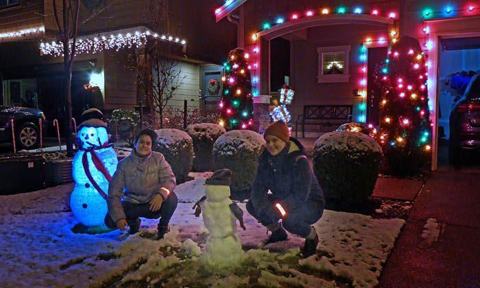I den tjutande stormen kämpade sig min Sabrina och min Agnes ut för att göra en snögubbe. Det var min Sabrinas första snögubbe. De har inte så mycket snö vare sig i Toulouse eller Reunion, där hon bodde innan. Men min Agnes är en van snögubbebyggare. Gubben till vänster är en oäkta gubbe.