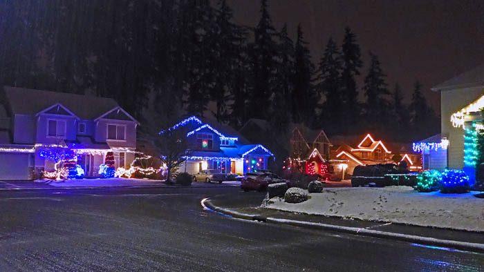 I detta hemska väder pulsade husse i snön på gatorna. Det är tur, att han har tränat på min gata hemma. Nog är min husse modig, men det var ju vackert upplyst på gatorna i alla fall.