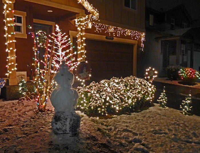 Det var inte bara min Agnes och min Sabrina som slog till och kreerade gubbar av snö. Eller är detta en snögumma? Jag kan ju hoppas det, för allt för länge har snögubbarna dominerat. Det är dags för gummorna att ta över.
