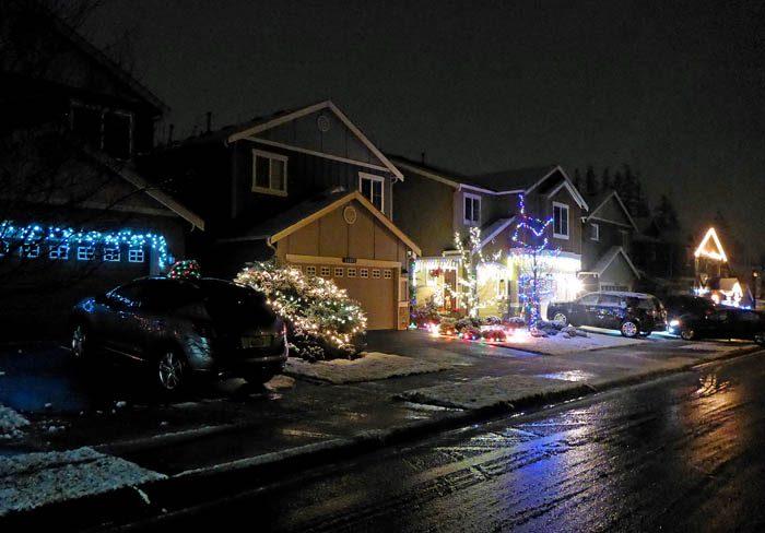 Ja, du ser ju själv snöslasket på gatan. De svårforcerade snövallarna är väl säkert ett par centimeter höga. Detta var dock inget som stoppade min husse! En del hus verkar ha tagit i lite för mycket när det gäller belysningen, så min husse blev säkert bländad också.