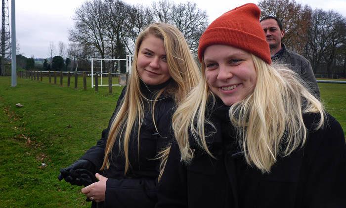 Två glada och nöjda flickor. En Annija och en min Agnes. Varför tror du att de är så glada?