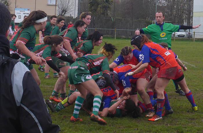 En rugbymatch spelas i stor utsträckning liggandes. Det stärker modet för utövarna. En mycket lämplig sport för dagens unga kvinnor, som ger mer motion än brodera stramaljtavlor sittandes framför brasan.