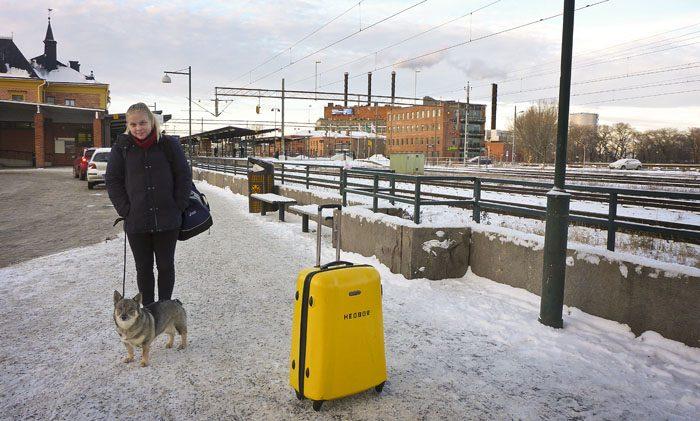 Hej då på ett tag. Min husse tog denna gruppbild vid Linköpings station på min Agnes och mig, innan min Agnes rymde ifrån mig. Hoppas jag ser min Agnes innan jag ser de första vitsipporna.