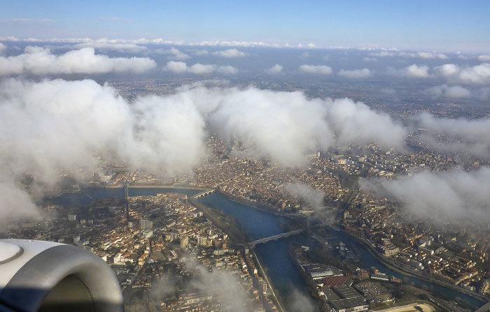 Vill man verkligen ha utsikt, så ska man åka flygplan. Det här är, som du ser, Toulouse. Du ser Pont Neuf och huset där Agnes och Matilda bodde, när jag var och hälsade på. Från flygplan kan man också se moln från fel håll. Jag vill också flyga.