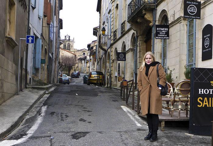 Min Agnes får gå omkring i Aurignac utan koppel minsann, då skulle väl jag kunna göra det också. Eller hur? Dessutom verkar alla bilar vara parkerade.