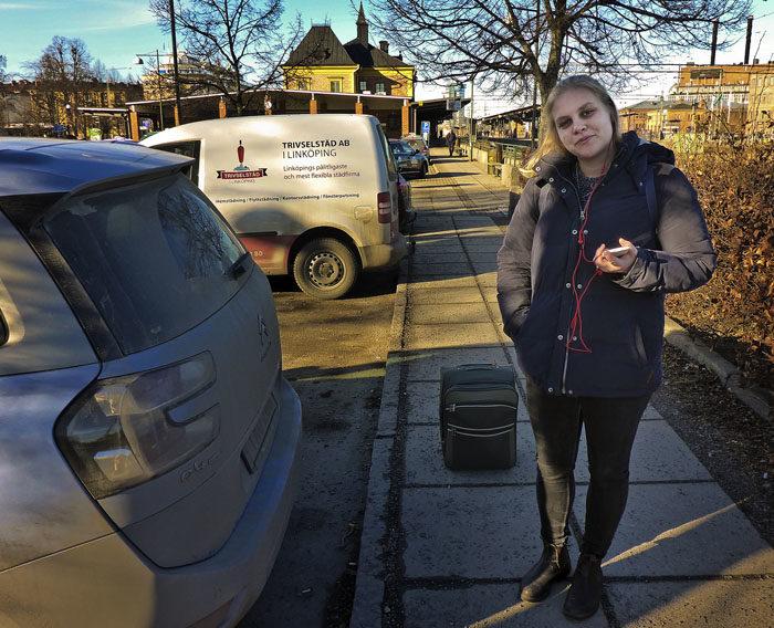 Hej då till min Agnes, som gjorde en katastrofal felprioritering igår. Att ta tåget till Uppsala och lämna sin Vaira är så fel det kan bli. I den smutsiga bilen i en bur, ligger en sörjande Vaira.