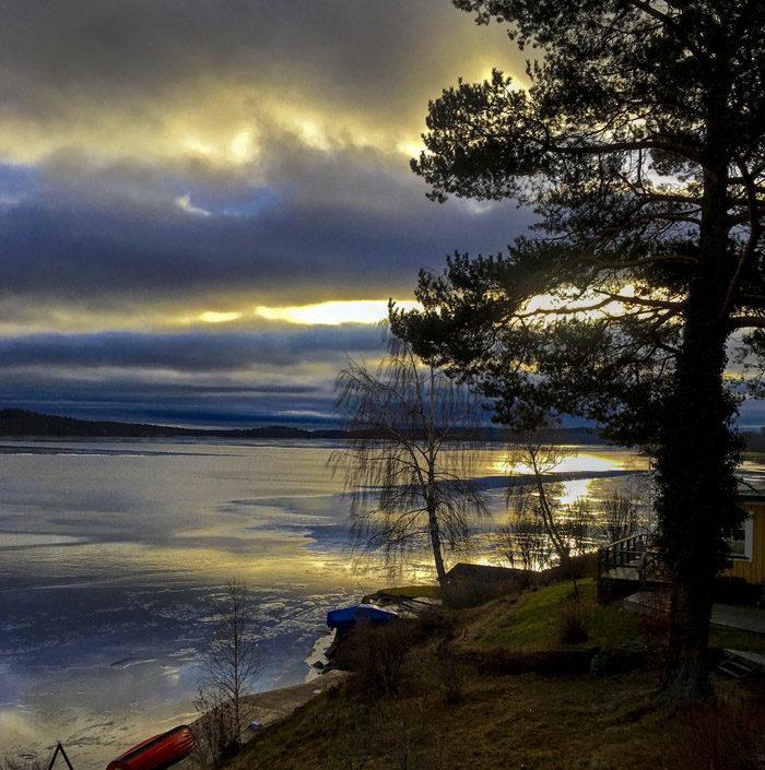 Javisst, solen är välkommen i Sverige när den går upp. Fast du ska veta att den kommer från utlandet. Inte att lita på.