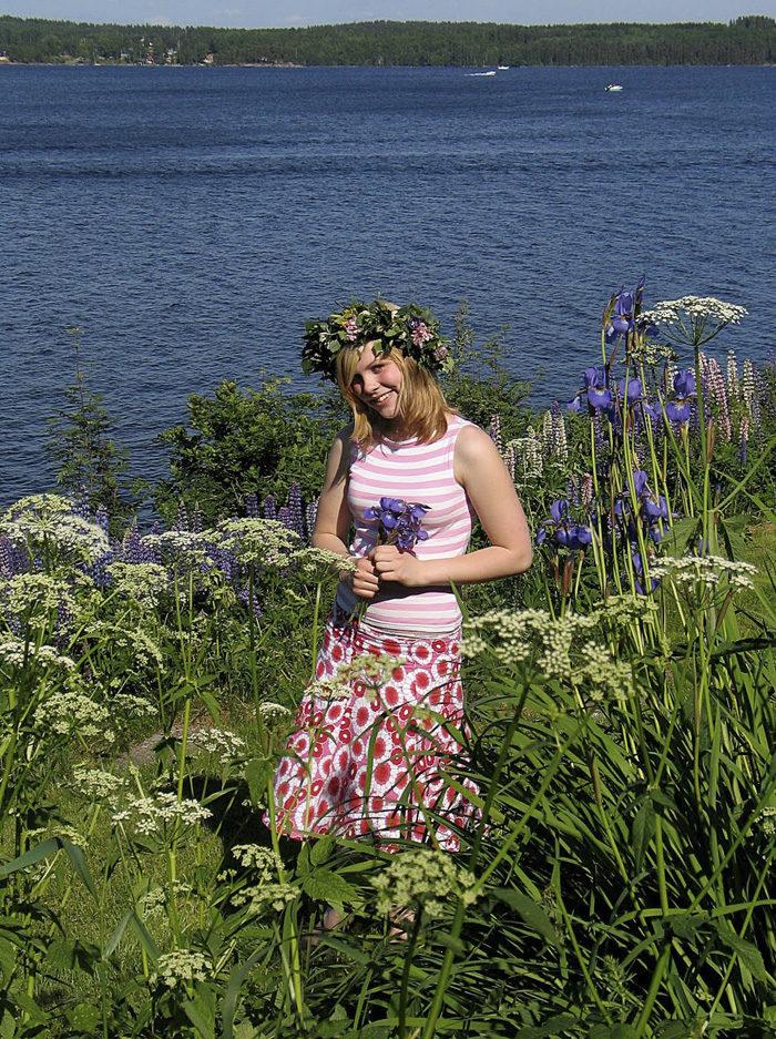 Min Agnes en midsommarafton för länge sedan. Som du ser har vi blommor här, trots att vi ligger så långt norrut, men det är bara på midsommar vi använder blommor som hattar.