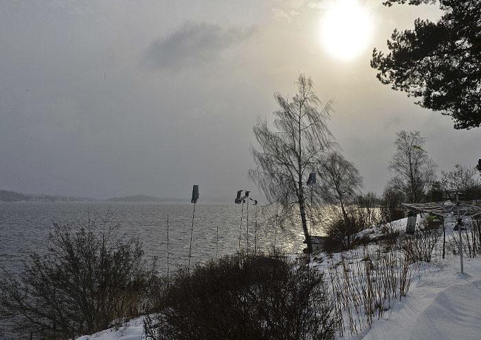 Snön kommer in från Östergötland, men inte tätare än att solen orkar lysa igenom. Men det blir nog annat snart, hoppas jag. Snö är kul och min husse får skotta igen.